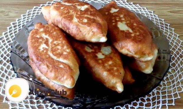 Жареные пирожки с рисом и яйцом готовы.