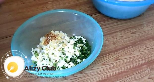 Для приготовления жареных пирожков с рисом и яйцом, приготовьте начинку.