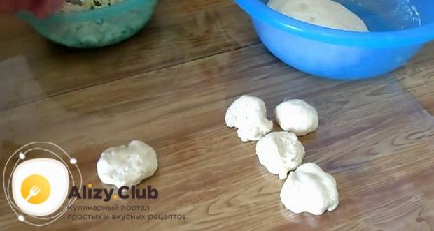Для приготовления жареных пирожков с рисом и яйцом, приготовьте все ингредиенты.