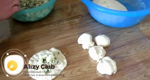 Для приготовления жареных пирожков с рисом и яйцом, выложите начинку.