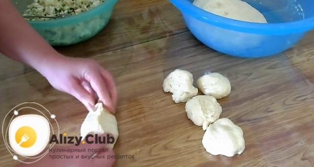 Для приготовления жареных пирожков с рисом и яйцом, сформуйте изделие.