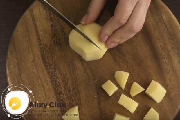 Картошку чистим и нарезаем кубиком.