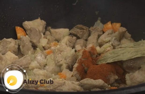 К мясу с овощами добавляем специи, лавровый лист.
