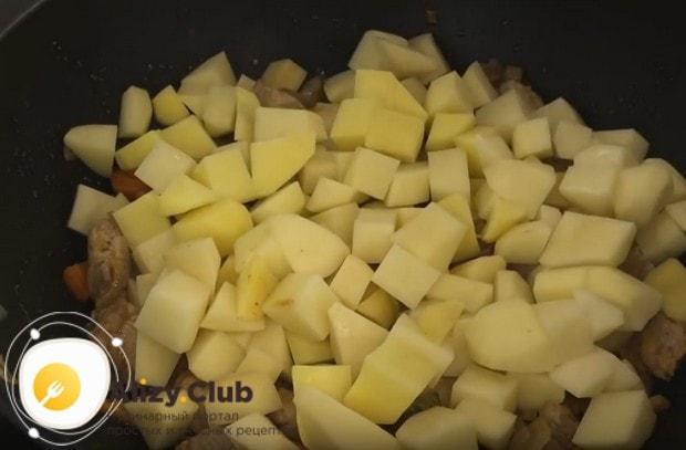 Выкладываем на мясо картошку, но не перемешиваем.