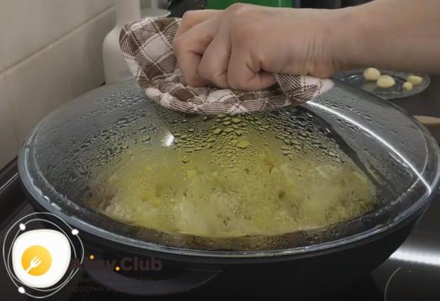 Добавляем воду в сковороду, накрываем блюдо крышкой и готовим минут 20, не открывая.