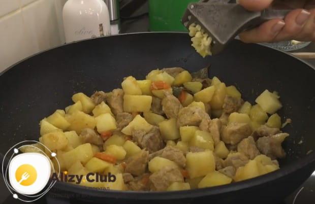 В почти готовое блюдо добавляем соль по вкусу, а также выдавливаем чеснок.