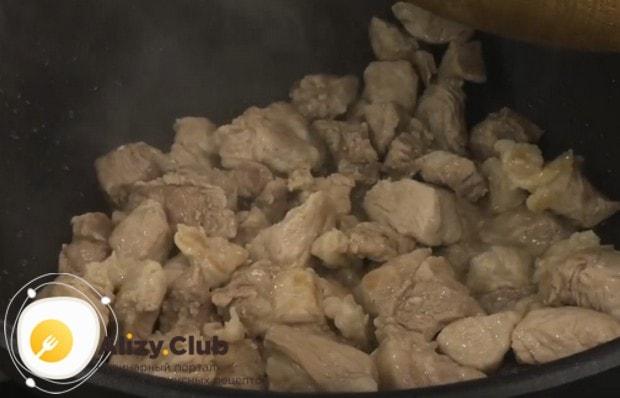 Немного обжариваем мясо, чтобы оно начало золотиться.