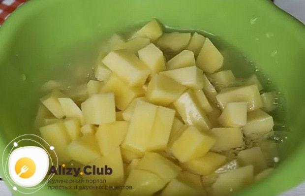 Заливаем картошку водой, чтобы она не потемнела.
