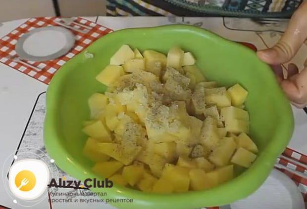 Картошку тоже заправляем специями и чесноком.