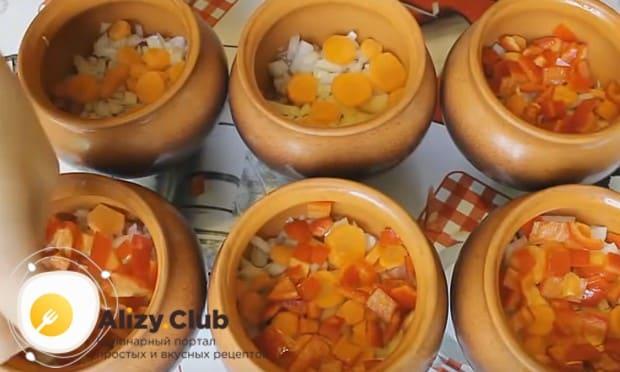 На лук выкладываем морковь и помидоры.