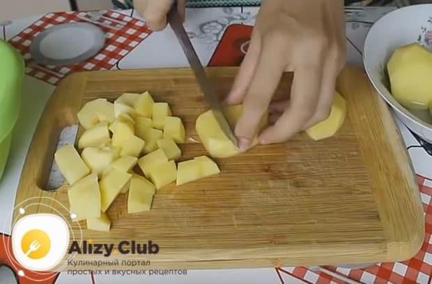 Нарезаем средними кусочками картошку.