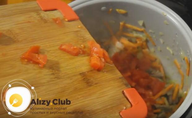 Добавляем мелко нарезанный помидор.