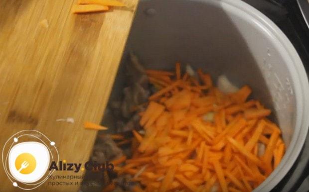 Добавляем к мясу измельченные лук и морковь.