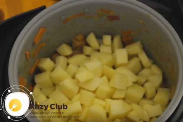 Выкладываем в мультиварку картошку.