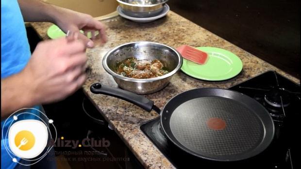 По рецепту, для приготовления стейка из индейки, разогрейте сковородку.