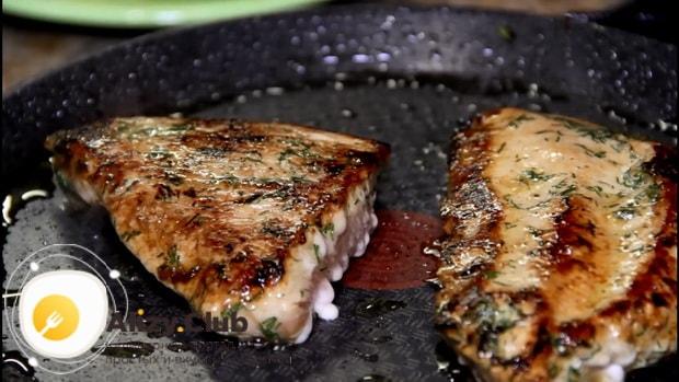По рецепту, для приготовления стейка из индейки, обжарьте мясо с двух сторон.