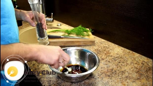 По рецепту, для приготовления стейка из грудки индейки, приготовьте маринад.