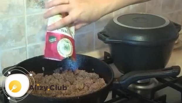Фарш для рисовой запеканки, солим и перчим