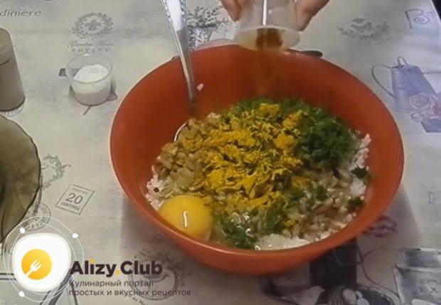 Добавляем в рисово-грибной фарш яйцо, измельченный укроп и специи по вкусу.
