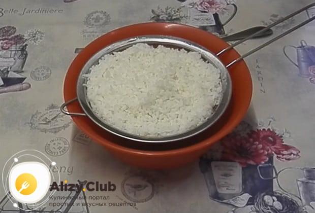 Отвариваем рис до готовности и откидываем его на дуршлаг, чтобы стекла лишняя жидкость.