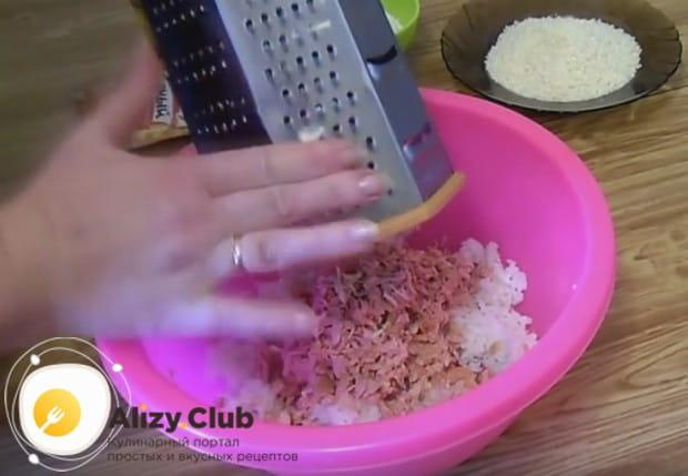 На терке натираем в рис сосиски.