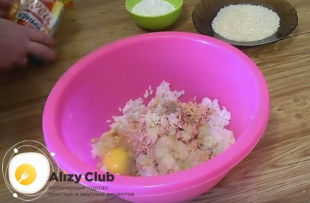 Выбиваем в фарш яйцо, солим и перчим по вкусу.