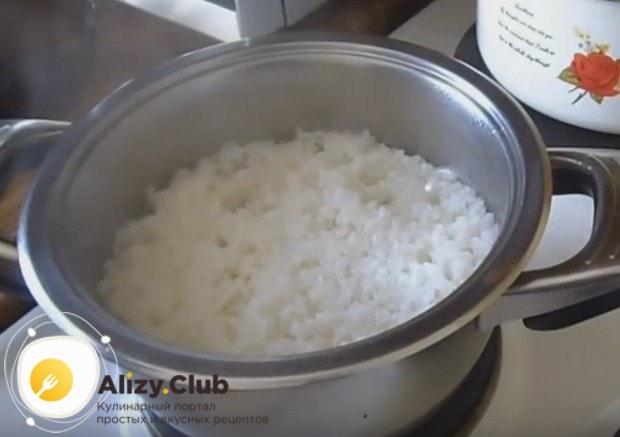 Для начала надо отварить рис до готовности.
