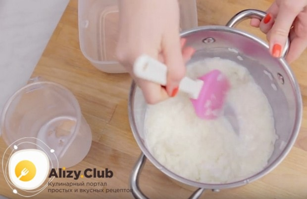 Добавляем к рису молоко, перемешиваем.