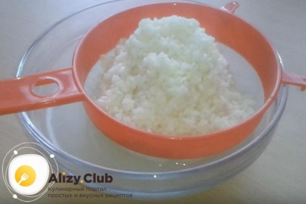 Откидываем рис на дуршлаг или сито.