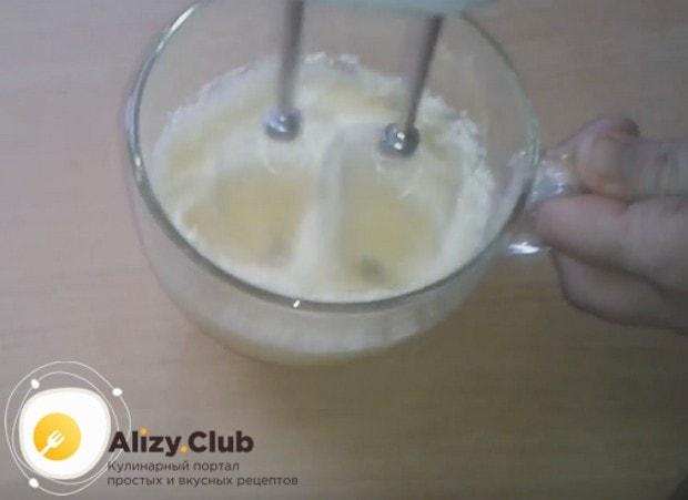 Постепенно вводим в желтки сахар и взбиваем массу до посветления.