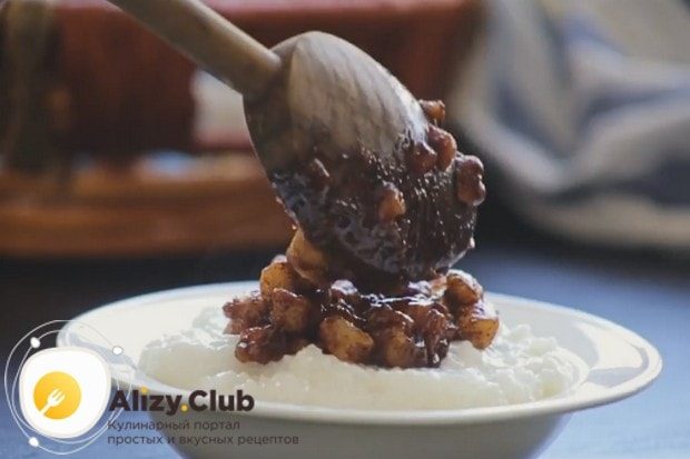 Такой рисовый пудинг с яблоками станет замечательным завтраком для всей семьи!