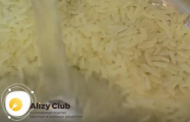 Рис промываем и отвариваем до готовности.