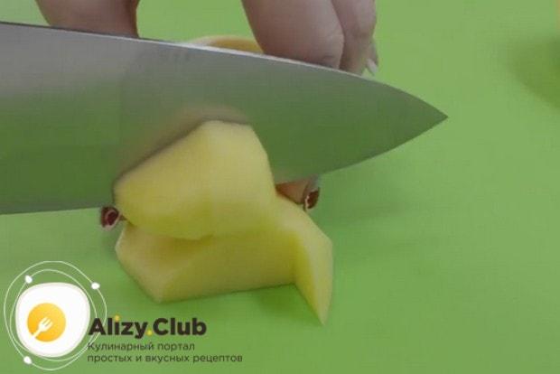 Помытый картофель очищаем и нарезаем кубиком.