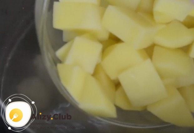 Добавляем в бульон нарезанный картофель, солим.