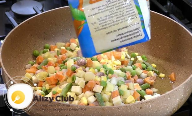 высыпаем замороженную овощную смесь
