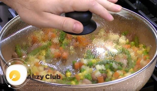 Накрываем сковороду крышкой и слегка припускаем овощи на умеренном огне