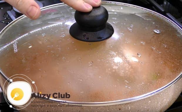 Накрываем сковороду крышкой