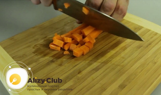 очищенную морковь нарезаем кубиками