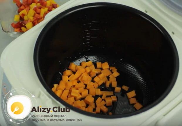 в мультиварку выкладываем нарезанную морковь