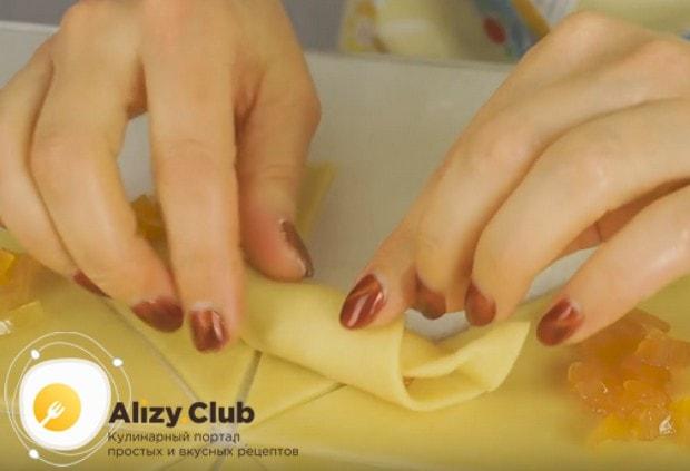 Скручиваем тесто, формируя рогалик.