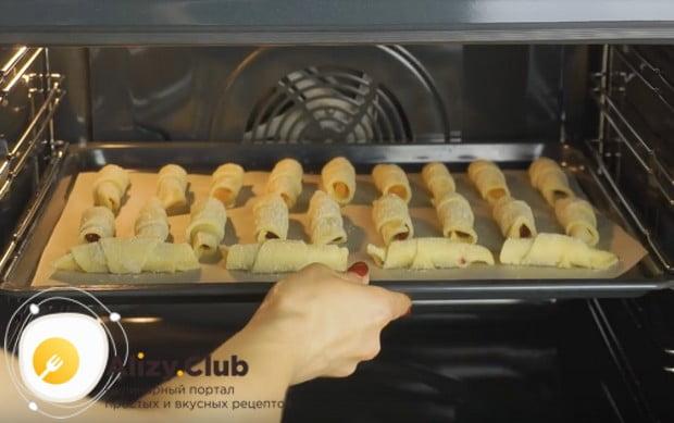 Отправляем наши рогалики в разогретую духовку.