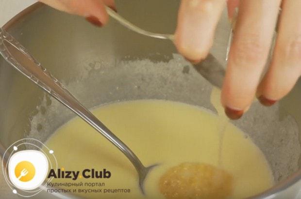 Гасим соду уксусом и добавляем в будущее тесто.