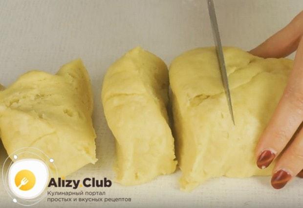 Готовое тесто делим на 6 частей.