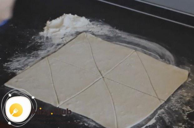 Разрезаем тесто на треугольнички.