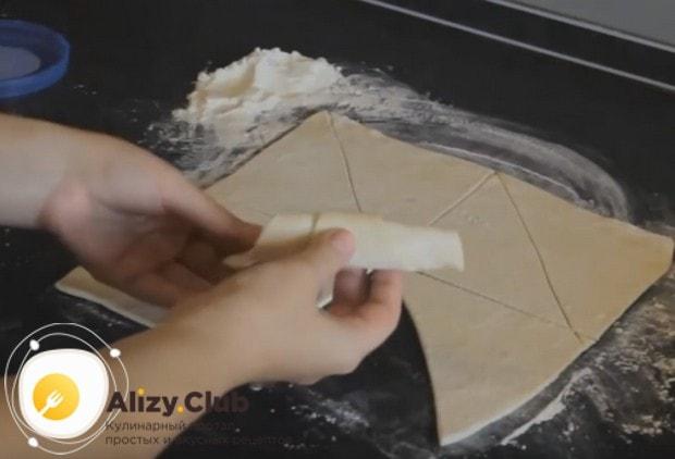 Кладем у основания каждого треугольника начинку и заворачиваем наши рогалики из слоеного теста с повидлом.
