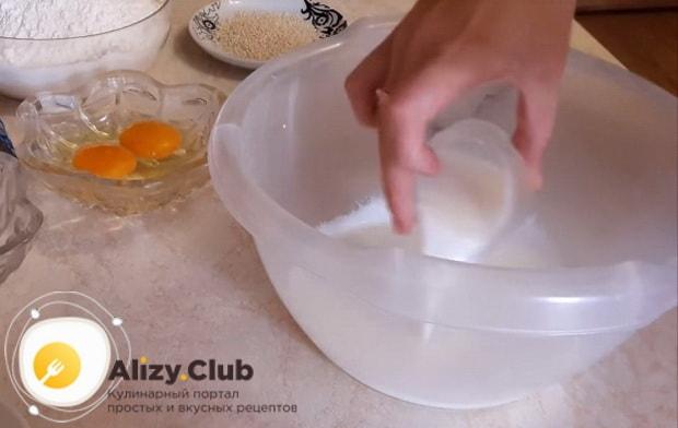 смешиваем кефир и молоко