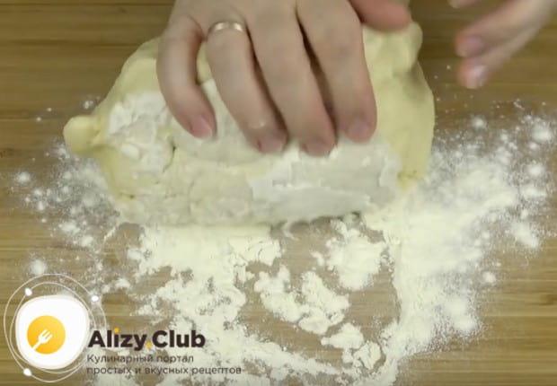 Обминаем тесто на присыпанной мукой поверхности.