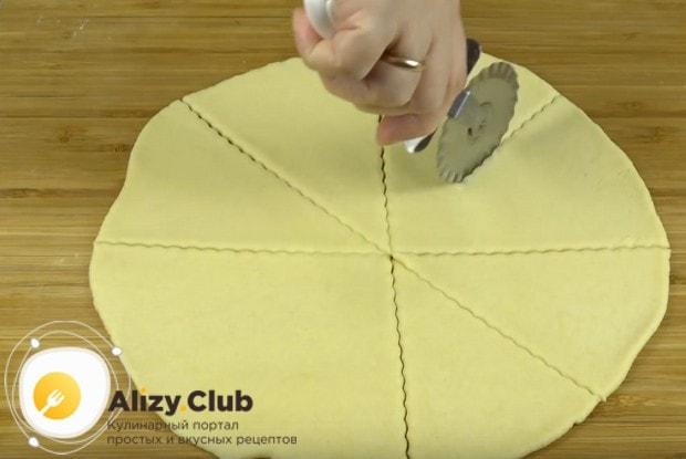 Каждую часть теста раскатываем в круг, который надо разрезать на одинаковые треугольники.