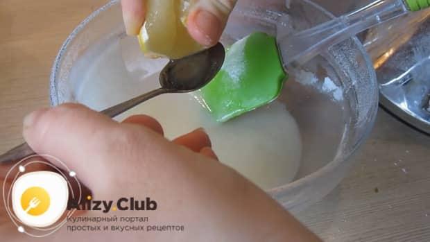 Приготовьте глазурь для приготовления сахарного печенья