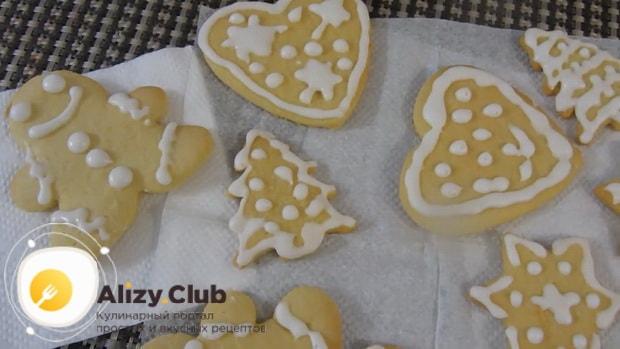Нарисуйте на сахарном печени рождественские рисунки.